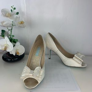 Betsy Johnson 8.5 bow tie white lace heels